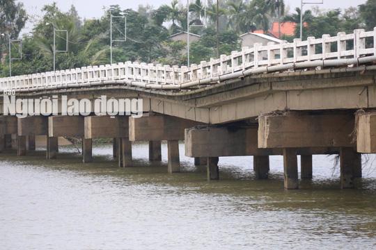 Hàng ngàn người liều mình lưu thông qua cây cầu sắp sập - Ảnh 11.