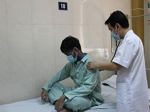 Bác sĩ chăm sóc cho bệnh nhân mắc bệnh thủy đậu