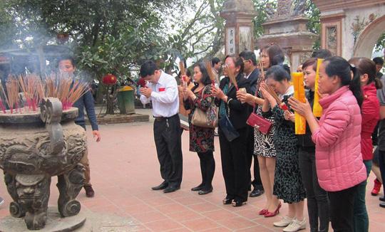 Đầu năm, nhiều người dân tìm đến đền chùa để cầu may mắn, bình an - Ảnh minh họa