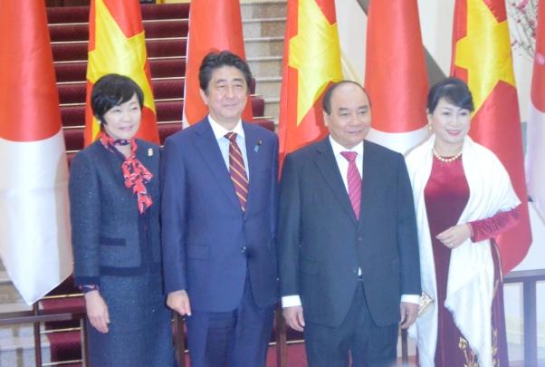Hai Thủ tướng và phu nhân chụp ảnh - Ảnh: Nguyễn Hưởng