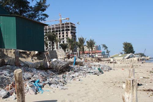 Bãi biển đoạn qua thôn Hồng Thắng và Cường Thịnh, xã Quảng Cư, thị xã Sầm Sơn, tỉnh Thanh Hóa đang bị xâm thực mạnh