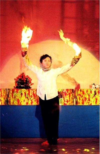 Võ sư Thu Vân trong chương trình sân khấu hóa thể hiện khí thế hào hùng của quân dân Nam Bộ chống giặc ngoại xâm