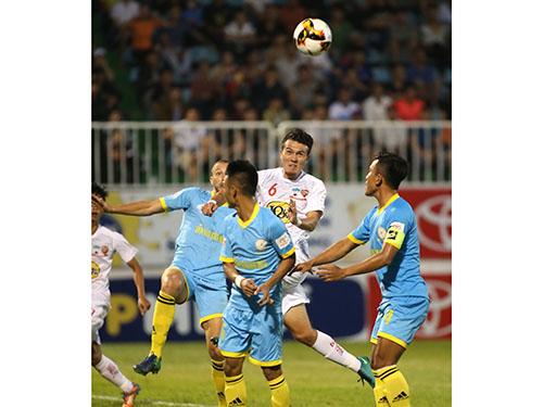 Mobi Fehr (6) gây thất vọng khi HAGL thua Sanna Khánh Hòa BVN 0-2 tối 11-3 Ảnh: Minh Trần