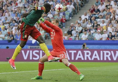 Trọng tài đuổi nhầm người hi hữu, Đức loại Cameroon - Ảnh 10.