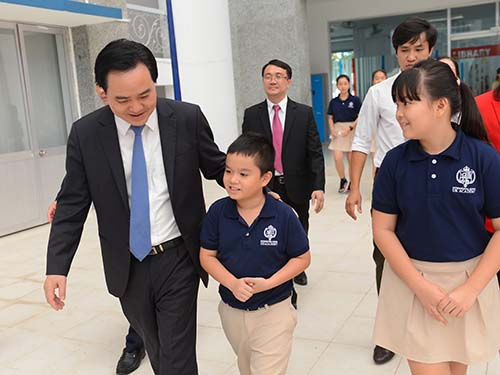 Bộ trưởng Bộ Giáo dục và Đào tạo Phùng Xuân Nhạ tham quan trường cùng học sinh UKA