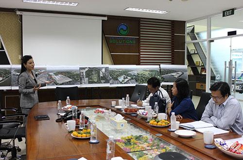 Bà Huỳnh Thị Lan Phương, Phó Tổng Giám đốc VWS, trình bày với đoàn đại biểu HĐND TP HCM về dự án đốt rác
