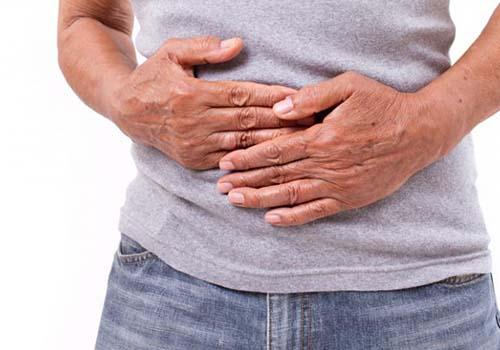 Ở bệnh viêm ruột, hệ miễn dịch tấn công nhầm vào tế bào ruột, dẫn tới viêm mạn tính và gây đau Ảnh: Medical News Today