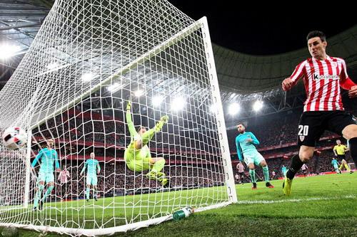 Aduriz ghi bàn mở tỉ số cho đội chủ nhà