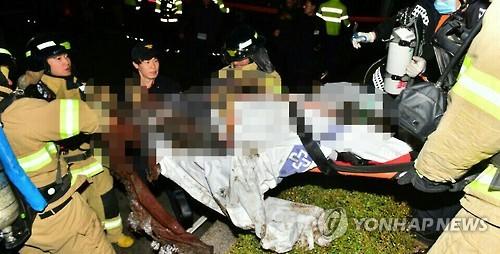 Ông Seo được đưa đi cấp cứu. Ảnh: Yonhap