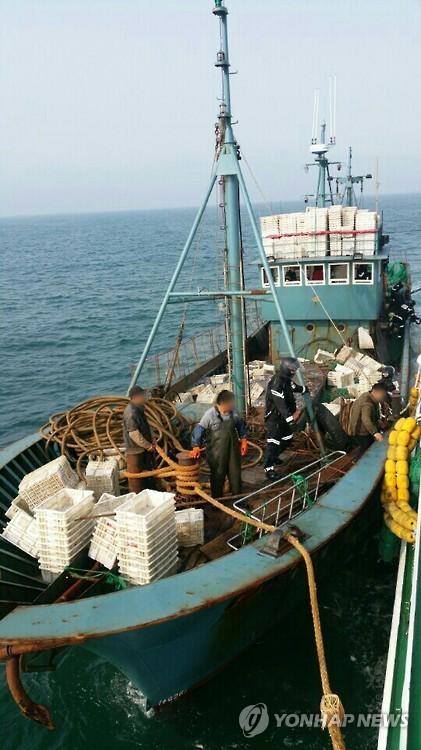Một tàu cá Trung Quốc hoạt động trái phép bị lực lượng bảo vệ bờ biển Hàn Quốc bắt giữa. Ảnh: Yonhap