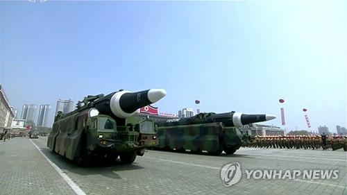 Triều Tiên khoe kho vũ khí của mình thông qua cuộc duyệt binh hôm 15-4. Ảnh: Yonhap News