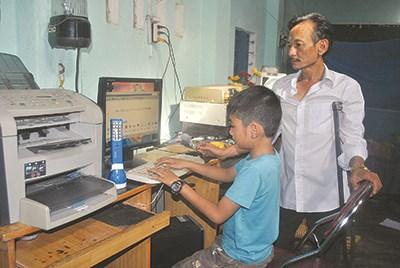 Anh Khiêm hướng dẫn trẻ khuyết tật sử dụng máy vi tính