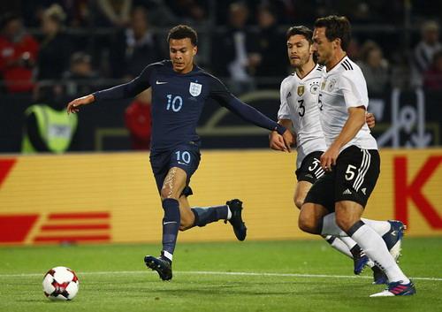 Dele Alli đi bóng trước các hậu vệ tuyển Đức