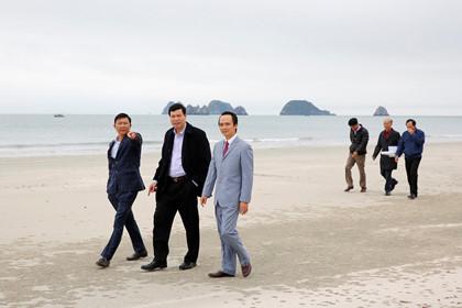 Ban lãnh đạo Tập đoàn FLC, FLC Faros và ông Nguyễn Đức Long - Chủ tịch UBND tỉnh Quảng Ninh (giữa) trong chuyến khảo sát đầu tư tại đảo Ngọc Vừng