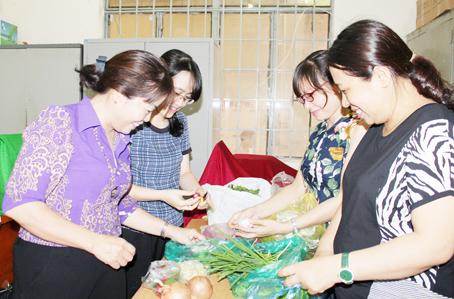 Bà Nguyễn Thị Thu Hà (ngoài cùng, bên trái) cùng nữ công đoàn viên chuẩn bị bữa tiệc mừng Ngày Quốc tế phụ nữ 8-3