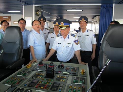 Đoàn công tác TP HCM thăm tàu CSB 8001