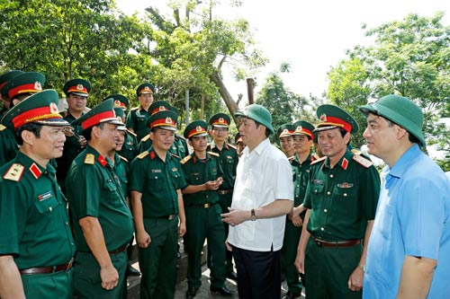 Chủ tịch nước Trần Đại Quang thăm cán bộ, chiến sĩ ở Nghệ An Ảnh: TTXVN