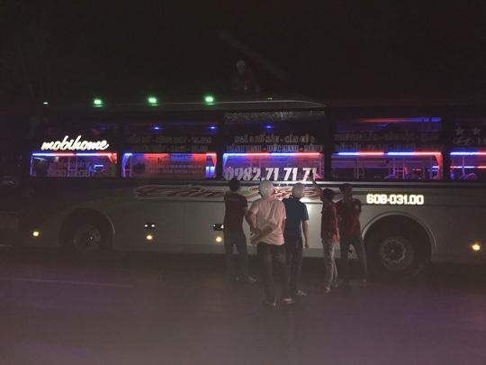 Truy tố 3 thiếu niên ném đá vào xe khách - Ảnh 1.