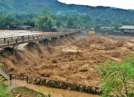 Đã có 50 người chết và mất tích do mưa lũ - Ảnh 1.