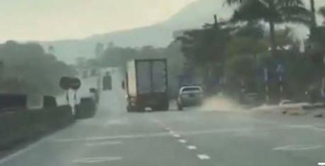 Xe container liên tục chèn ép xe CSGT trên quốc lộ 1A - Ảnh: Cắt từ Clip