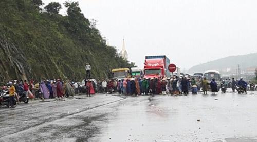 Nhiều người kéo ra chặn QL1A đoạn qua đèo Con ngày 3-4 - Ảnh: Công an Hà Tĩnh
