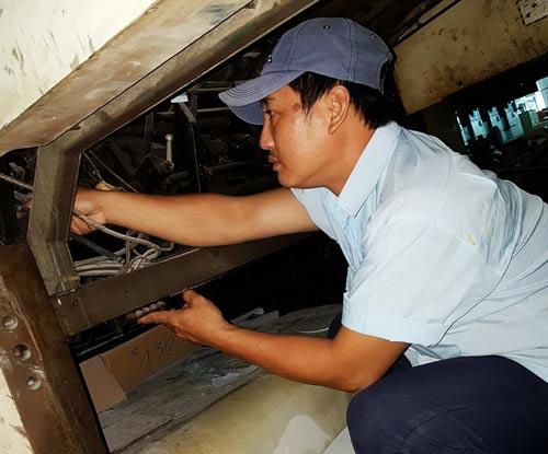 Anh Hồ Tuấn Anh kiểm tra, sửa chữa máy móc tại đơn vị