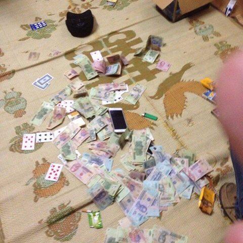 Số tiền tang vật thu giữ tại sới bạc- Ảnh: Lê Mao