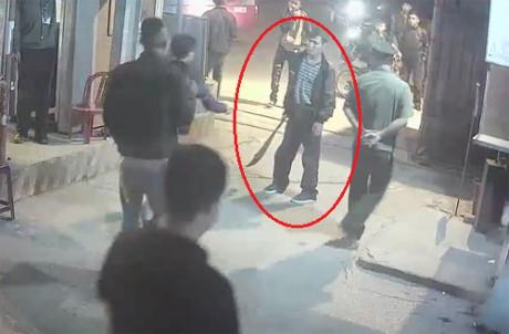 Đào Đức Hòa cầm kiếm dọa chém nhân viên bến xe Vinh. Ảnh camera an ninh ghi lại.