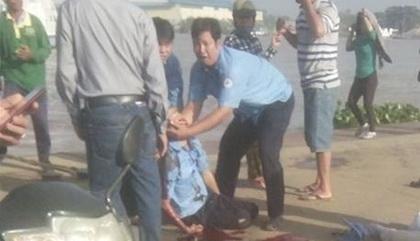 Ô tô tông chết nhân viên bến phà rồi lao xuống sông - Ảnh 1.
