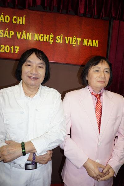 Nghệ sĩ Minh Vương bên bức tượng sáp của ông
