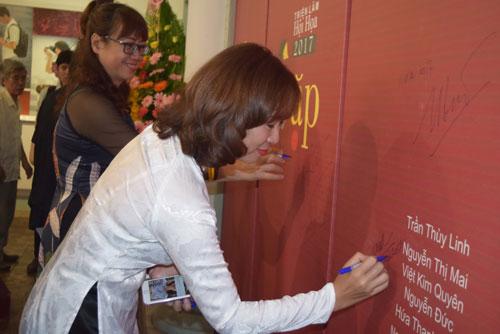 """Các họa sĩ cùng ký tên trong buổi lễ khai mạc triển lãm """"Gặp"""""""
