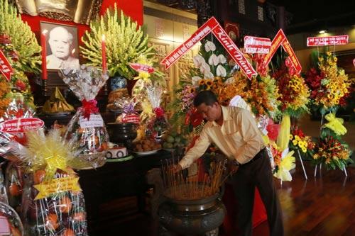 Ông Trần Đoàn Trung, Phó Chủ tịch LĐLĐ TP HCM, thắp hương tưởng niệm Bác Tôn