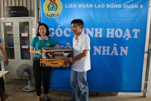 Bà Trần Thanh Hà, Chủ tịch LĐLĐ quận 8, trao dàn ampli karaoke cho công nhân ở trọ