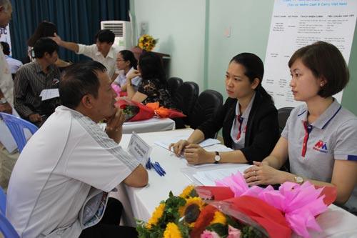 Ứng viên tham gia tìm việc tại ngày hội việc làm