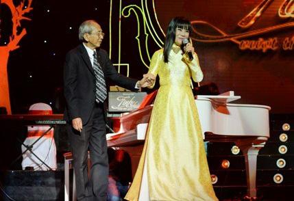 Ca sĩ Ánh Tuyết vời nhạc sĩ Nguyễn Ánh 9 trong chương trình Tình khúc vượt thời gian