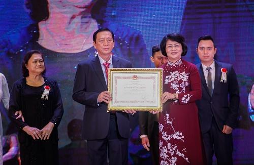 Bà Đặng Thị Ngọc Thịnh, Phó Chủ tịch nước, trao Huân chương Lao động hạng 2 cho ông Trương Ty - Tổng Giám đốc Công ty Nệm Vạn Thành