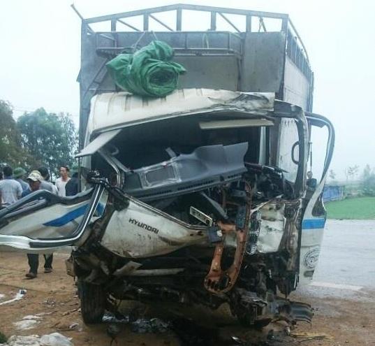 Tài xế mắc kẹt trong cabin chiếc xe tải bị dập nát phần đầu sau vụ tai nạn đấu đầu với xe tải khác