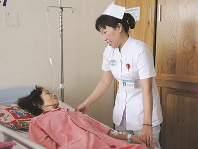 Điều dưỡng Thu Trang chăm sóc bệnh nhân ung thư tại Bệnh viện Chợ Rẫy. Ảnh: V.Q