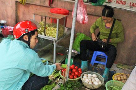Nam công nhân KCN Thăng Long (Đông Anh, Hà Nội) phải thắt chặt chi tiêu để lo cho gia đình.Ảnh: N.NGA
