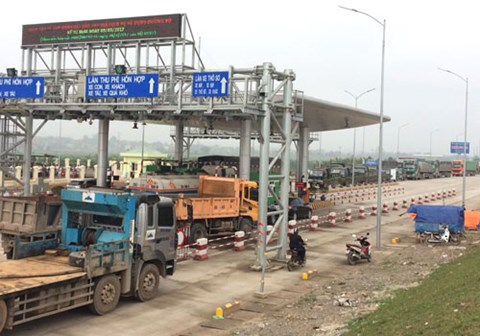 Sáng 13-3, nhiều người dân Phú Thọ đã đi xe dàn hàng ngang, chắn ngang trạm thu phí BOT Tam Nông, gây ách tắc giao thông trên quốc lộ 32-Ảnh: otofun