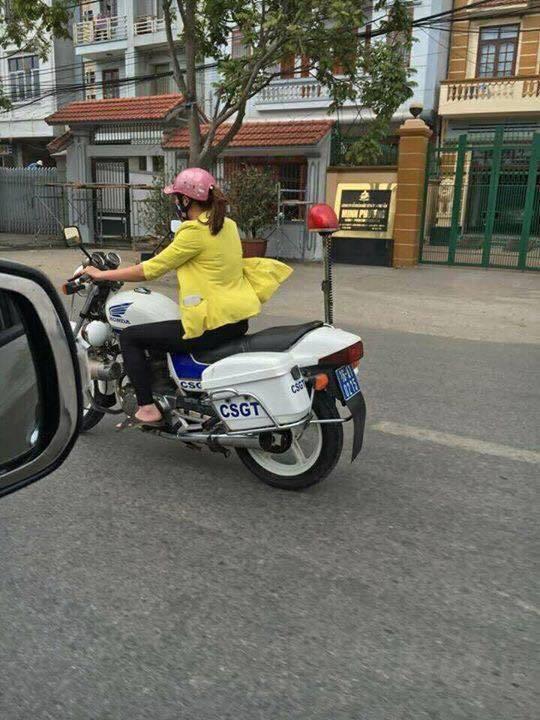 Hình ảnh cô gái lái mô tô tuần tra của CSGT đang gây bão trên mạng xã hội Ảnh: INTERNET
