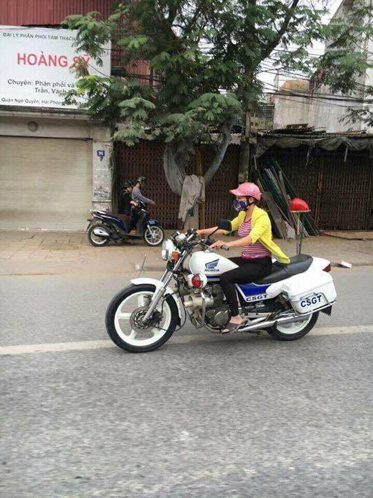 Hình ảnh cô gái lái xe tuần tra của CSGT gây bão mạng