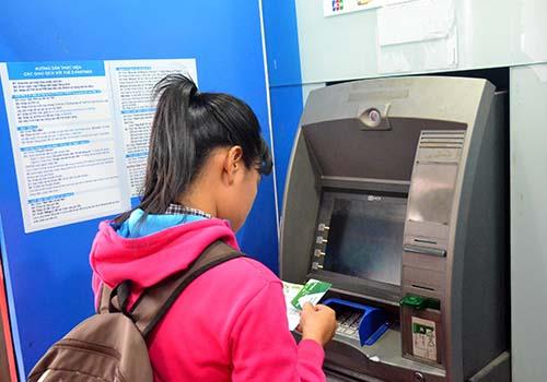 Các giao dịch qua máy ATM chủ yếu là rút tiền mặt Ảnh: Tấn Thạnh