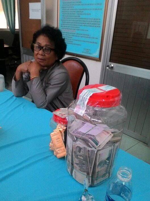 Bà Vuoch Hea cùng tang vật tại trụ sở Chi cục Hải quan cửa khẩu quốc tế Tịnh Biên.