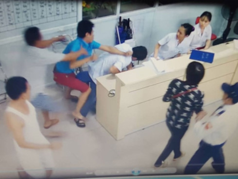 Bộ trưởng Nguyễn Thị Kim Tiến: Ngành y tế đơn độc bảo vệ nhân viên - Ảnh 2.