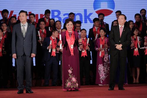 Phó Tổng Giám đốc VietinBank Bùi Như Ý nhận chứng nhận Thương hiệu mạnh và cúp của ban tổ chức Ảnh: Thanh Ngân