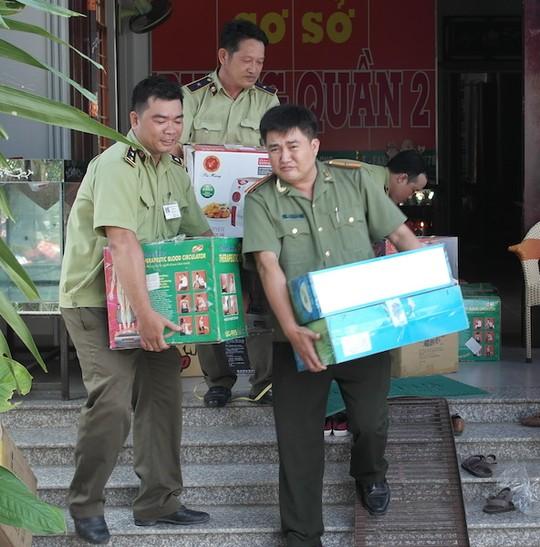 Đoàn kiểm tra thu giữ một số sản phẩm thực phẩm chức năng tại kho của Thiên Ngọc Minh Uy. Ảnh: Ca Linh