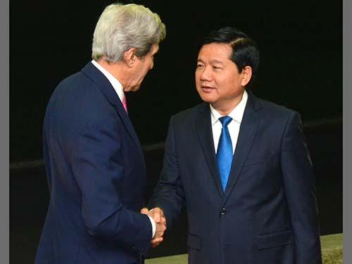Bí thư Thành ủy TP HCM Đinh La Thăng tiếp Ngoại trưởng John Kerry Ảnh: TẤN THẠNH