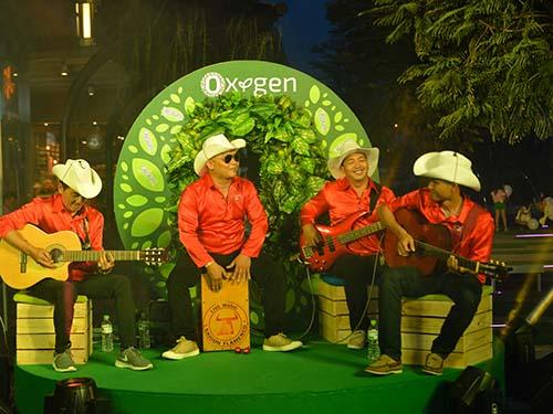 Ban nhạc biểu diễn cuối tuần tại The Oxygen