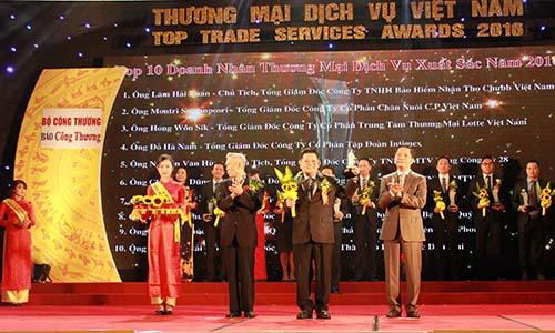 Ông Montri Suwanposri (đứng giữa), Tổng Giám đốc C.P. Việt Nam, nhận giải thưởng doanh nhân xuất sắc
